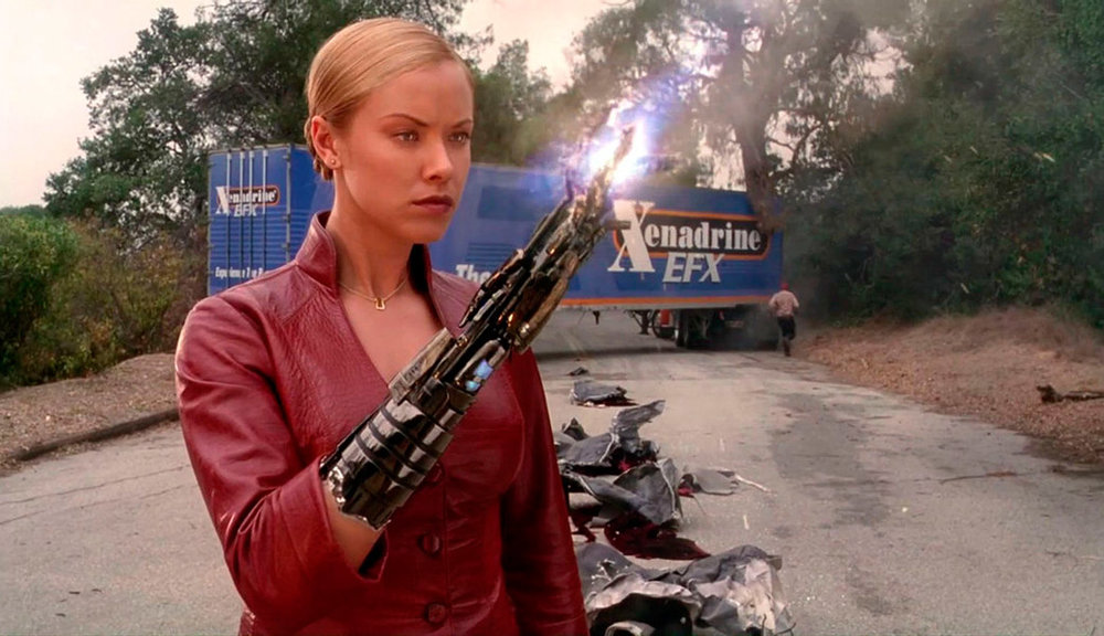 Terminator modèle T-X (Kristanna Loken), particulièrement dur à cuire, dans le film Terminator 3 : Rise of the Machines de Jonathan Mostow (2003)