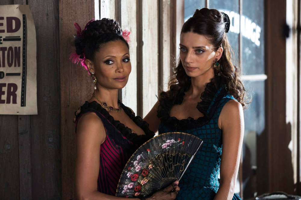 From left to right, the androids Maeve (Thandie Newton) and Clementine (Angela Sarafyan) in Westworld,  serie adapted in 2016 from  Michael Crichton's eponymous film (1973)