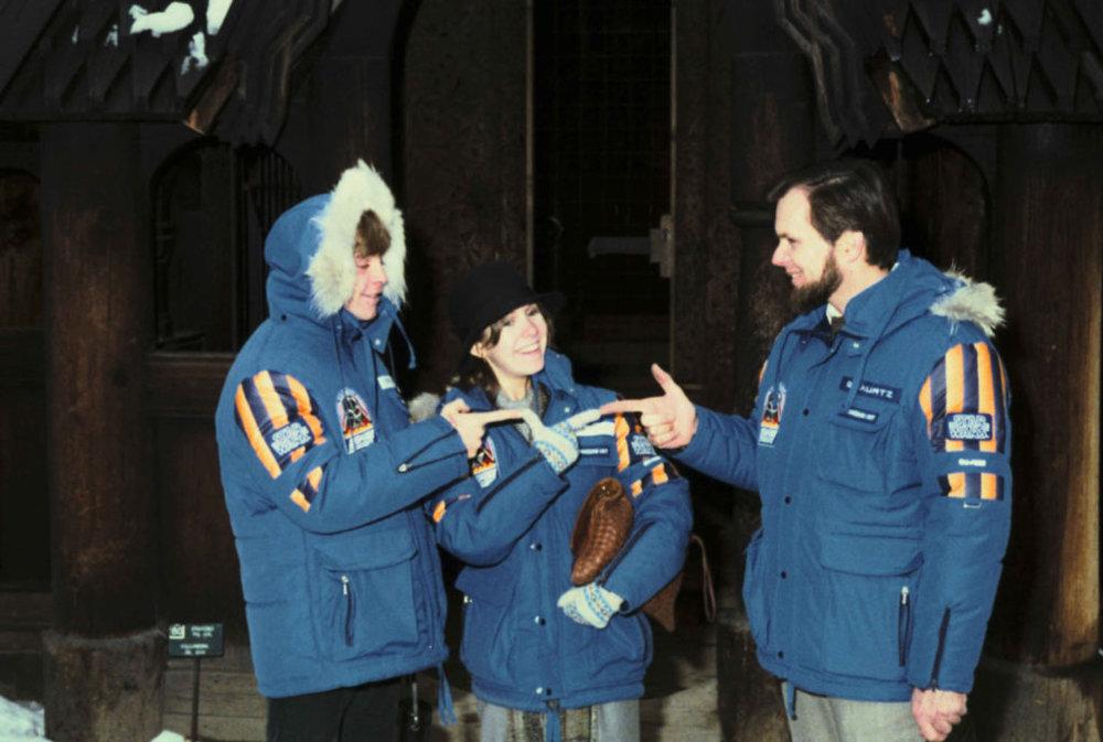 L'acteur Mark Hamill (Luke Skywalker), l'actrice Carrie Fisher (la princesse Leia) et le producteur de L'Empire contre-attaque Gary Kurtz dans leur parka, sur le tournage du film, en 1979 (©Starwars.com)