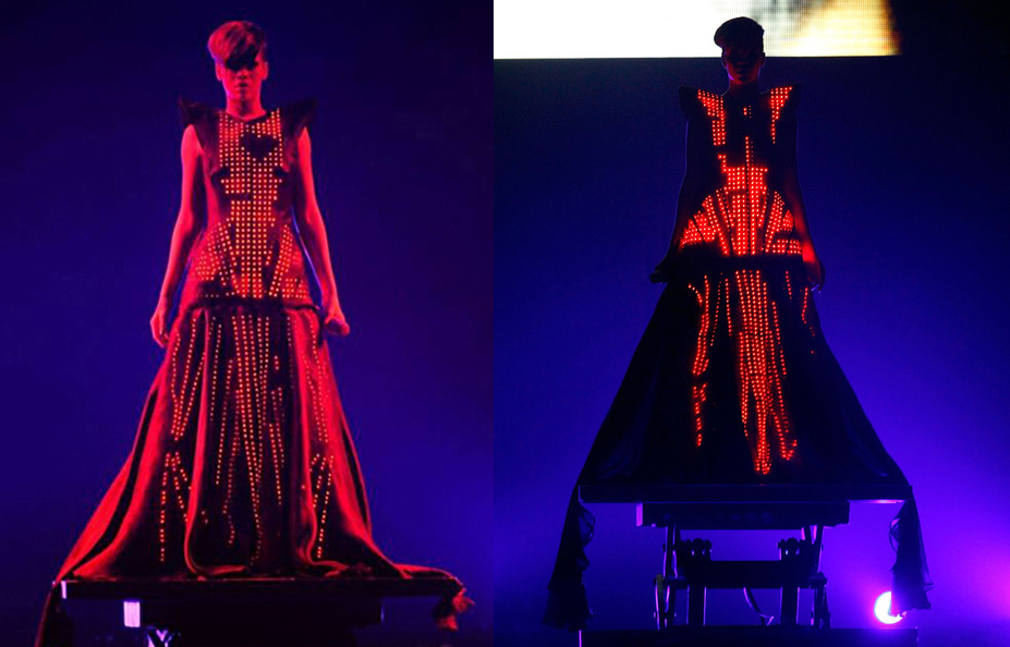 La chanteuse barbadienne Rihanna interprète la chanson Russian Roulette, le 14 mai 2010, lors de sa tournée Last Girl On Earth, au Trent FM Arena de Nottingham, en Angleterre. La robe est signée du couturier français Alexandre Vauthier. Le designer anglo-allemand Moritz Waldemeyer a développé le système de leds sublimant le costume de scène. Moritz Waldemeyer a également prêté son talent à des vestes lumineuses pour le groupe anglais Take That et pour Will.i.am, un des chanteurs des Black Eyed Peas.