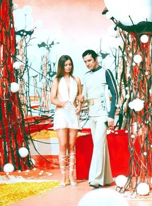 L'actrice britannique Catherine Schell est la servante des gardiens de Piri, dans l'épisode 11 de la saison 1 de Space 1999, Guardian of Piri, en 1975.