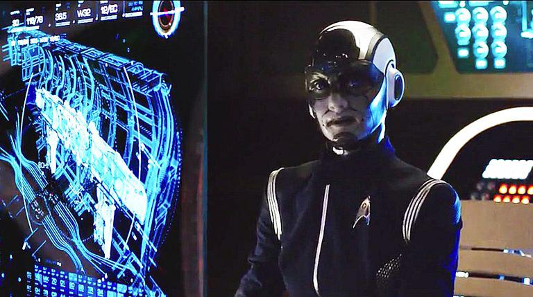 Le lieutenant-commandant Airiam (Sara Mitich), humaine augmenté (épisode 1).