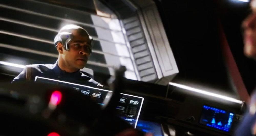 Technologie avancée pour ce membre d'équipage, sur le pont du vaisseau USS Shenzhou (épisode 1).