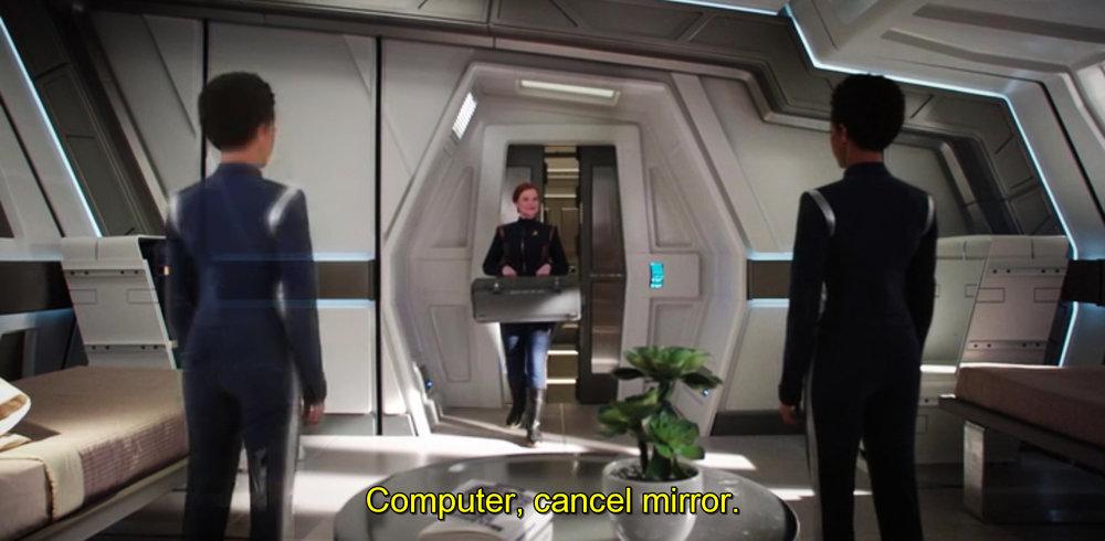 Ce miroir intelligent renvoie l'image de Michael Burnham et se déconnecte sur commande vocale (épisode 4).