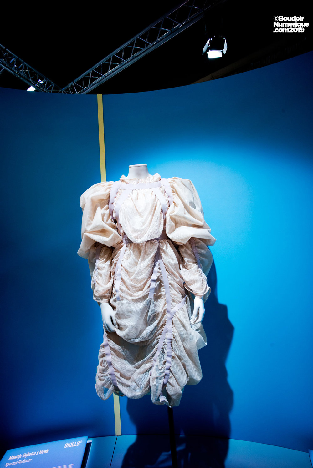 """""""Power"""" dress of the japanese brand Anrealage, whose fluorescent ribbons light up, according to the movements of the body (spring collection 2018)."""
