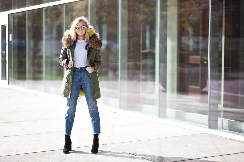 jeans-white-tee-shirt-fur-coat