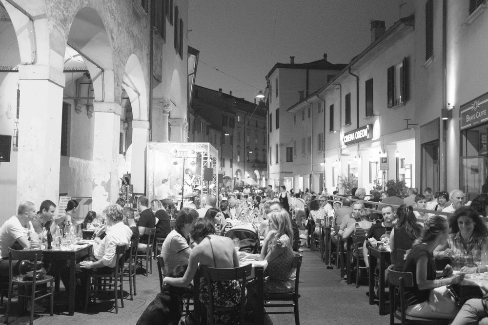 Live music and dining on the streets of Bologna.