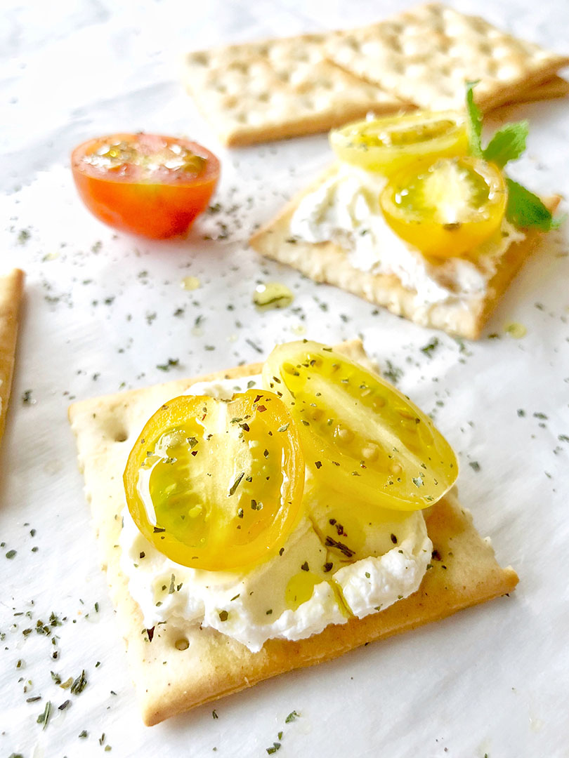 golden-tomatoes-labneh-crackers-iphoneX-1-.jpg