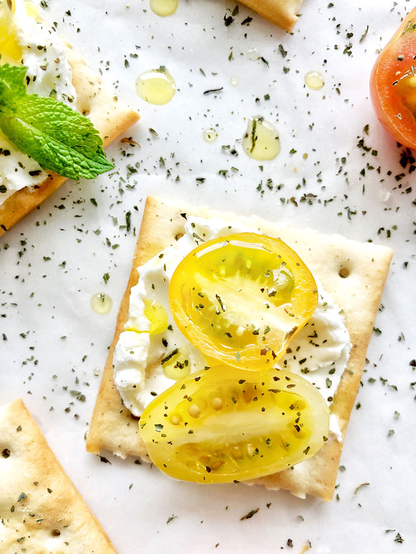 golden-tomatoes-labneh-crackers-iphoneX-2-s.jpg