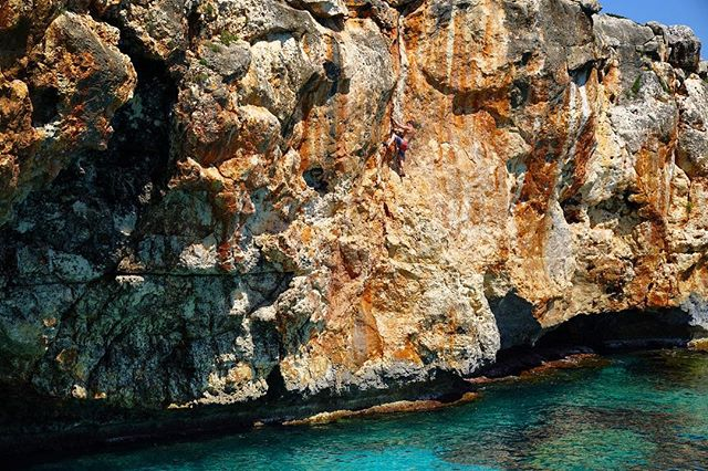 First time deep water soloing did not disappoint. Climbing and cliff jumping off limestone overlooking the Mediterranean in Cala Varquez! 🇪🇸👌🏽 Photo: @anastasiahrivnak #dws