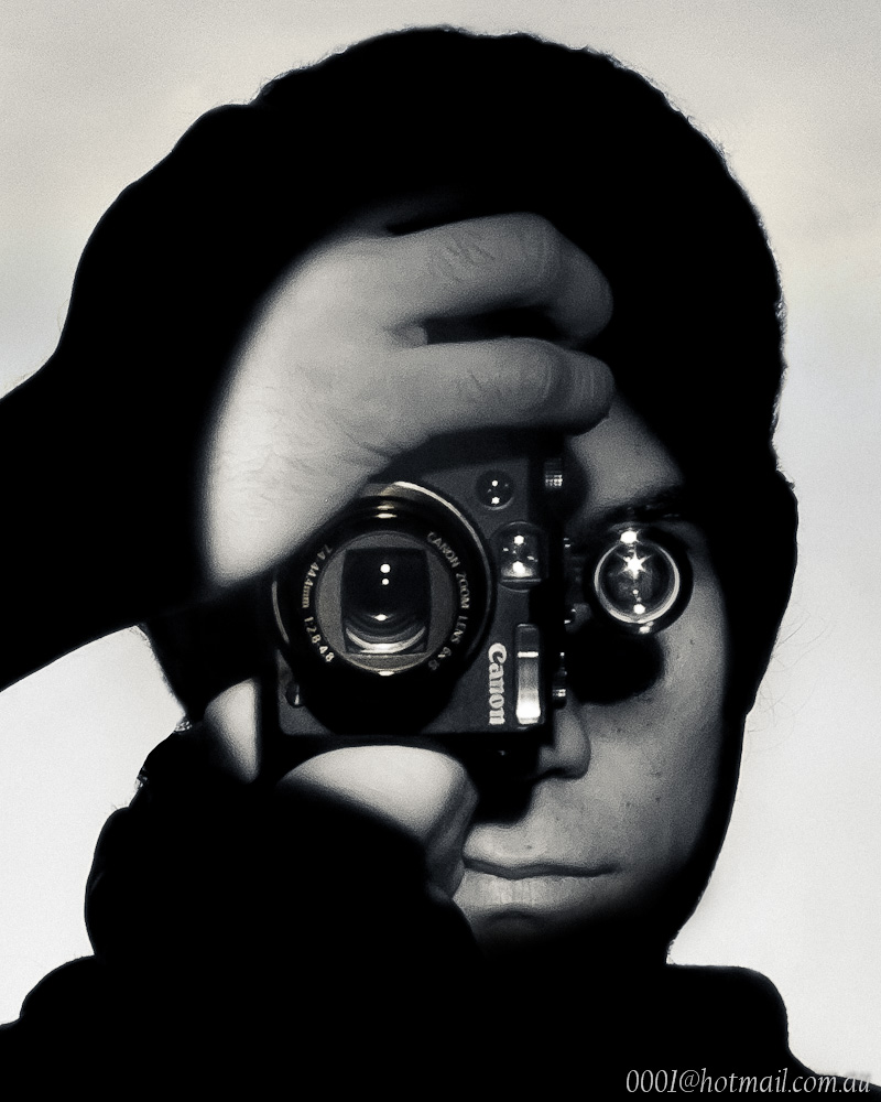 Y van dos!   Esta imagen me dio dolores de cabeza para poder replicarla. Yo no tengo medios para enfocar la luz (si solo tuviera luces de teatro todo seria tan facil), pero al final, despues de horas y horas se me prendio el bombillo y consegui una manera facil, pero metodica para lograr conseguir el filo definido de la luz.   La fotografia original es de Andreas Feininger, es un retrato de otro fotografo, Dennis Stock, y fue tomada en New York City en 1951. Yo tome la foto en un espejo y la voltee en Lightroom.   Opiniones y criticas son bienvenidas.   Pueden encontrar la fotografia original aqui abajo.