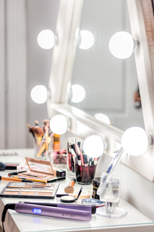Tora-Photography---Montreal-Photography-Studio---Makeup-Mirror.jpg