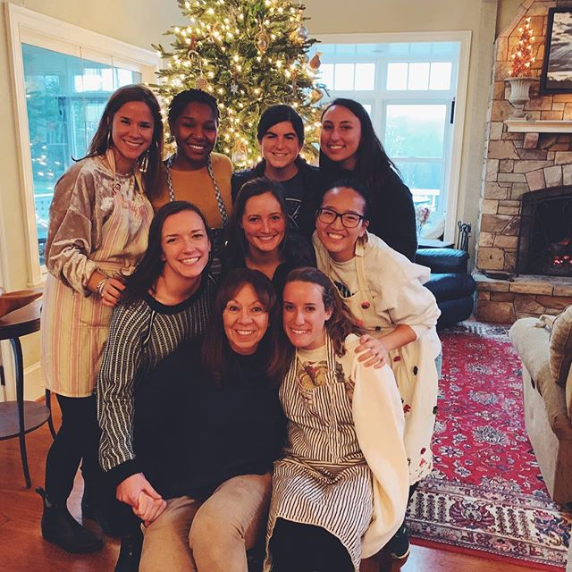 Tis the season for eating ridiculous amounts of cookie dough 🤰🏼🤷🏼‍♀️ Thank you Sharon Scott for hosting the lady fellows today for festive cookie baking, cider, & baby holding #Peepthehandsqueeze