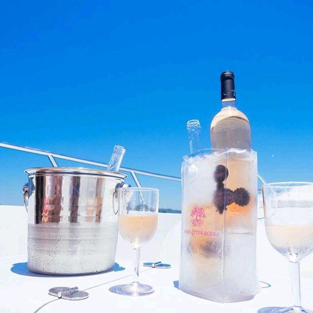 Mega yatchs and chilled bottles 🛳🍾 #MinuitRoseMoment