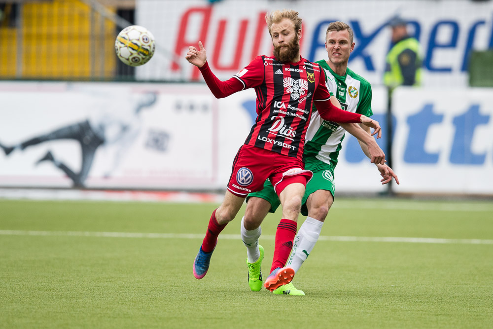 Östersunds Curtis Edwards i närkamp mot Hammarbys Richard Magyar.