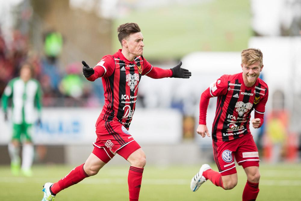 Östersunds Jamie Hopcutt och Dennis Widgren jublar efter att Jamie gjort 2-1 målet i den 94:e minuten.