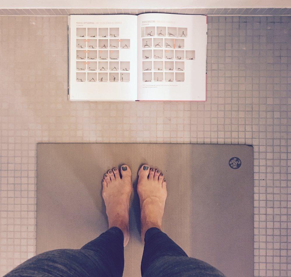 Jeg gjør min 20-minutters morgenrutine på badet.Du trenger ikke stort mer enn plassen matten tar for å gjøre yoga.