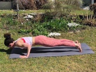 Chaturanga er en komplisert yogastilling som med fordel kan forenkles i starten av din yogapraksis til styrken er bygget opp.