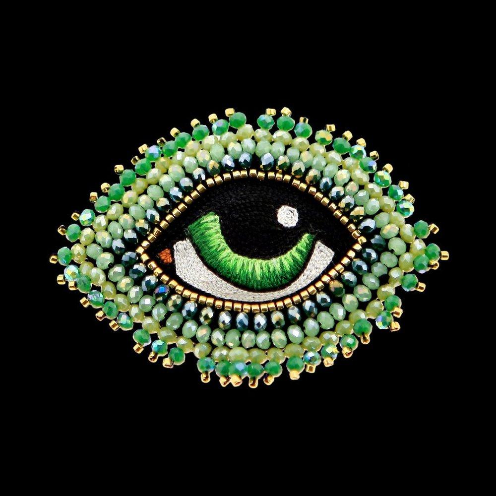 "Celeste Mogador : broche ""je t'ai à l'oeil"""