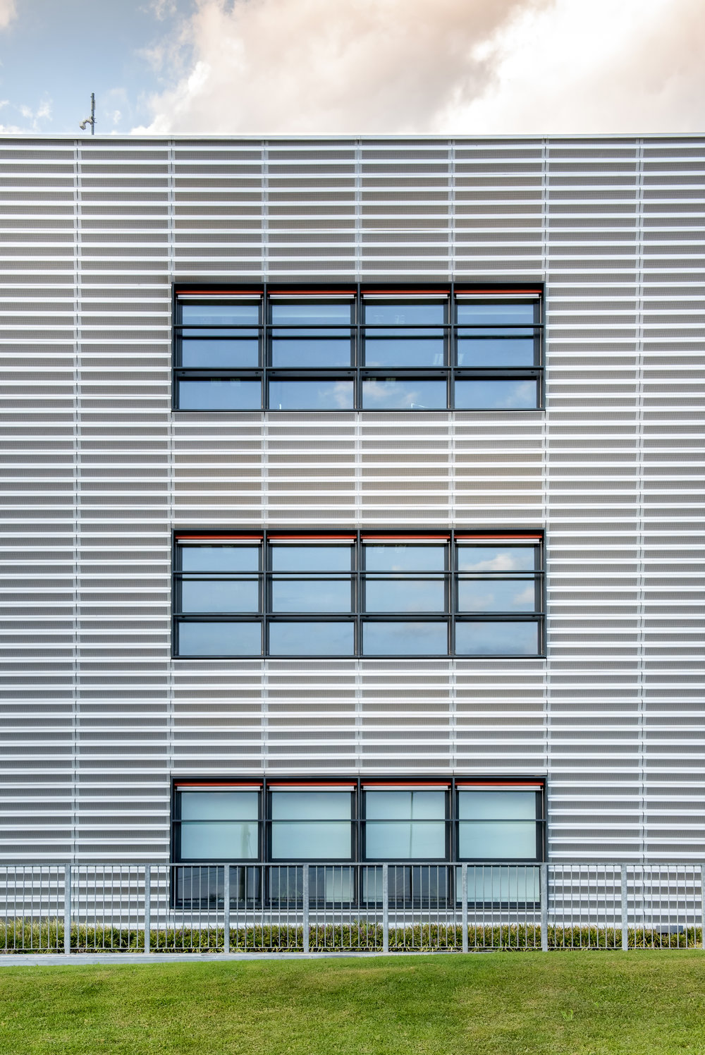 symmetrical-view-of-a-modern-commercial-building-5YB4SFW.jpg