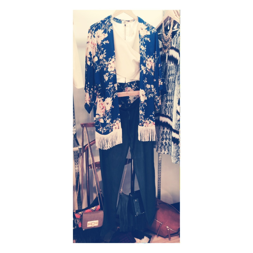 kimono, faux leather crop top and grey slouchy pants. perfect for a lunch date with friends or for your vaca in Cali!
