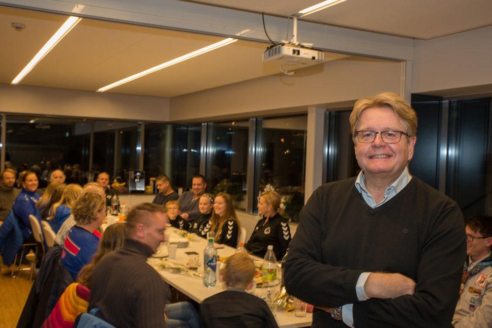 Roy Østen Henriksen fra Fredrikstad EnergiSalg foran vinterens fornøyde Bluzz-mottakere.