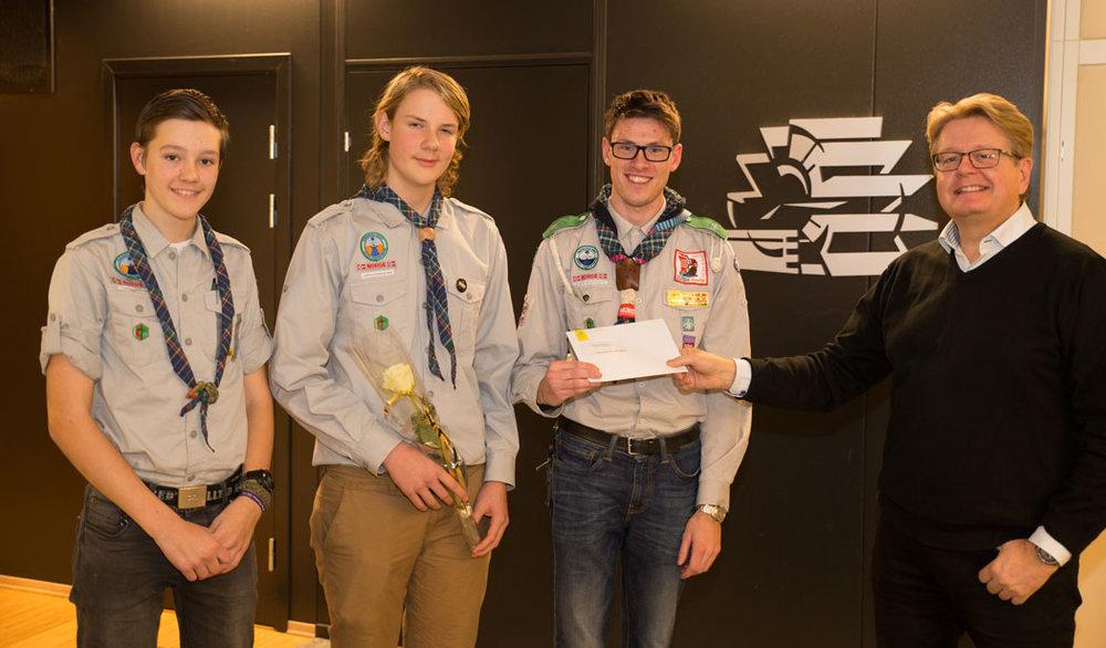 Vinterens Bluzzvinnere fra Kjølberg Speidergruppe mottok sjekken på 50.000 kroner fra Roy Østen Henriksen.Fra venstre: Michael Hoven Syversen, Harald Nyseth Svendsen og Henrik Moum Grimstad.