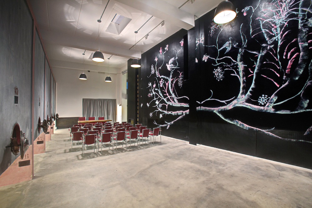 sala cinferenza con murales.jpg