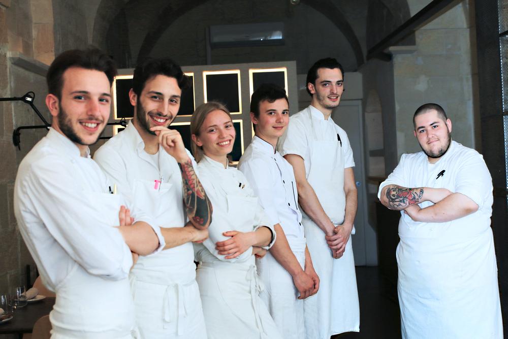 Giovanni e Floriano Pellegino - Chef;Isabella Potì -Sous chef;Antoine Galati - Chef di partita; Hugo Routier - Junior sous chef; Roberto Gomez - Demi chef di partita.
