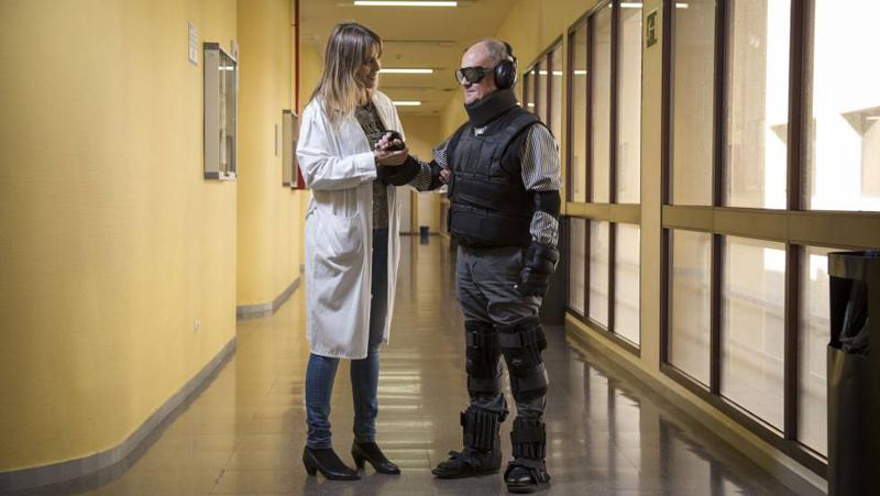 DOCTORA Y SR CON EL TRAJE.jpg