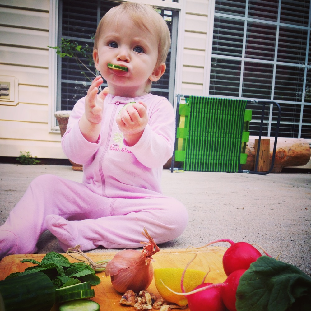 BEHIND THE SCENES> Healthy eating starts here :) Emma Kate helping mommy in her photo shoot.