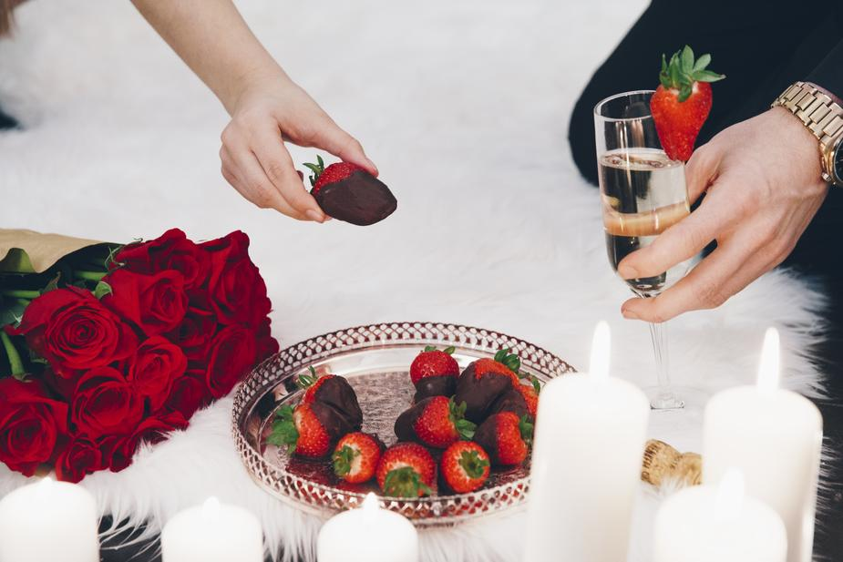 champagne-strawberries-and-roses_925x.jpg