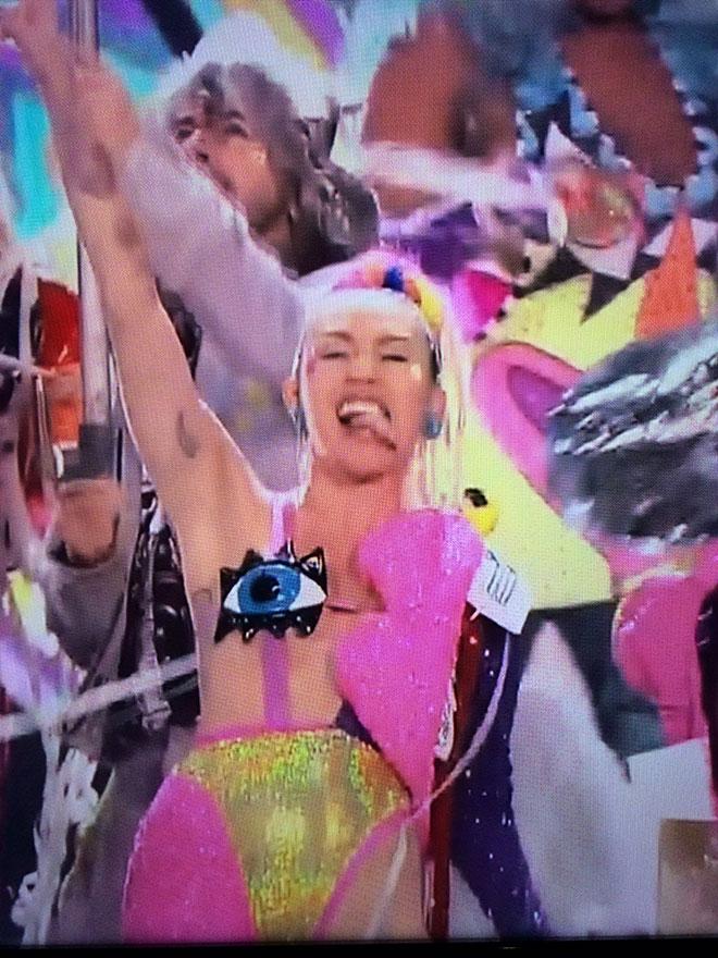 Miley_Cyrus_VMAs_Outfit_7.jpg