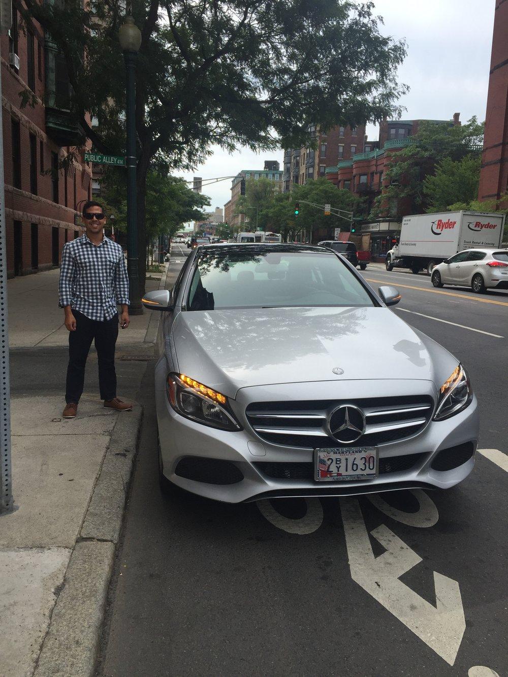 Sebas había llegado más temprano ese día a dejarme las llaves de su aparta xq se iba de paseo en el carro de James Bond.