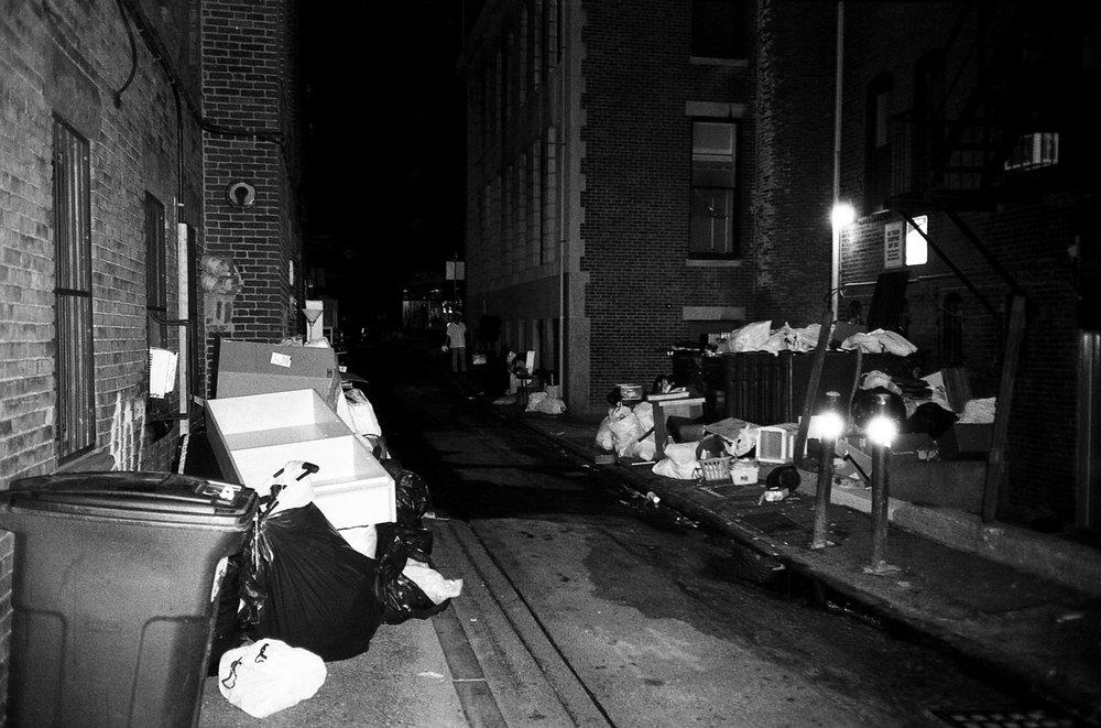 Este es el callejón de atrás de mi edificio. En la última semana de agosto, los callejones de Boston se comienzan a llenar de cosas que la gente ya no quiere.En setiembre comienza el nuevo período lectivo de las universidades y por ende finalizan los contratos de los apartas. La mayoría de gente no tiene tiempo de vender las cosas entonces las ponen en el callejón para que se las lleve el que las quiera...