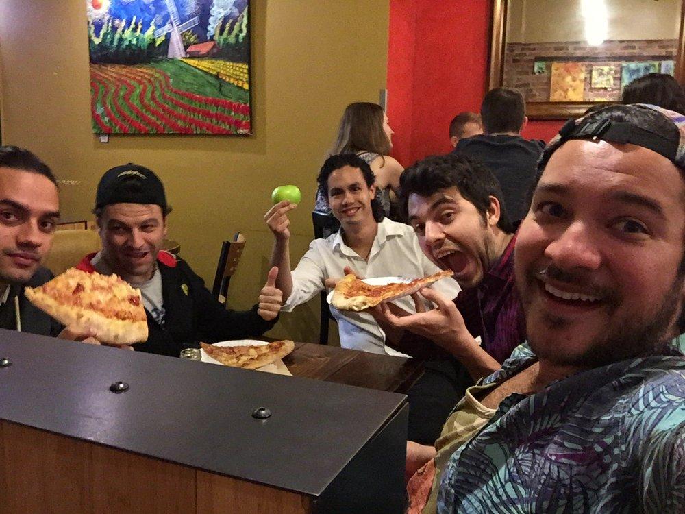 Aquí no todos son mexicanos. Solamente Gustavo (al centro con la manzana) y el buen Emilio (con la bocota abierta).