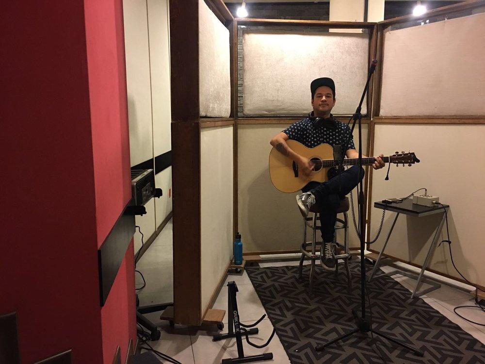 "Sesión de grabación en Sala De Audio. Guitarras acústicas para ""Invisible"" y ""Nunca Te Amé""."