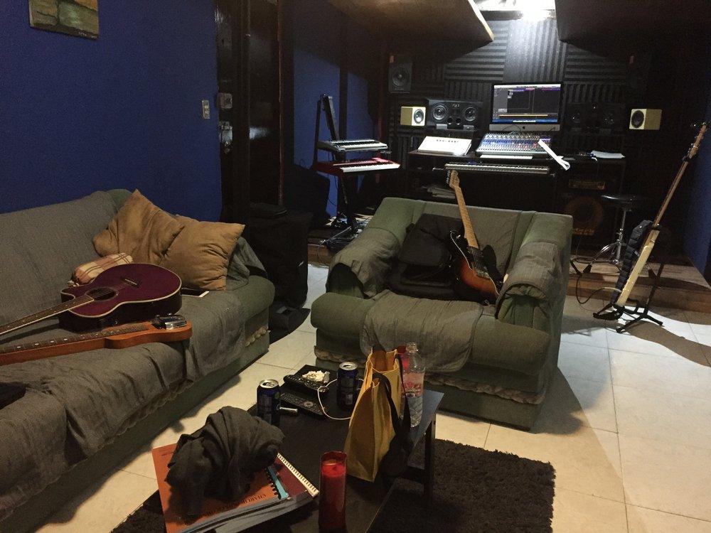 Estudio casero de los Pads durante una de las muchas sesiones de producción y arreglo de las canciones.