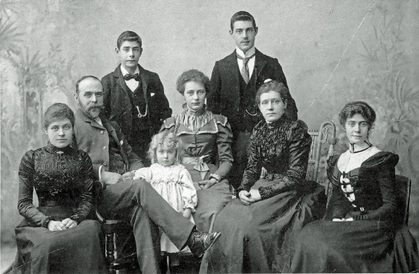 Photo of a family portrait in 1900 via google (Brooks family portrait)