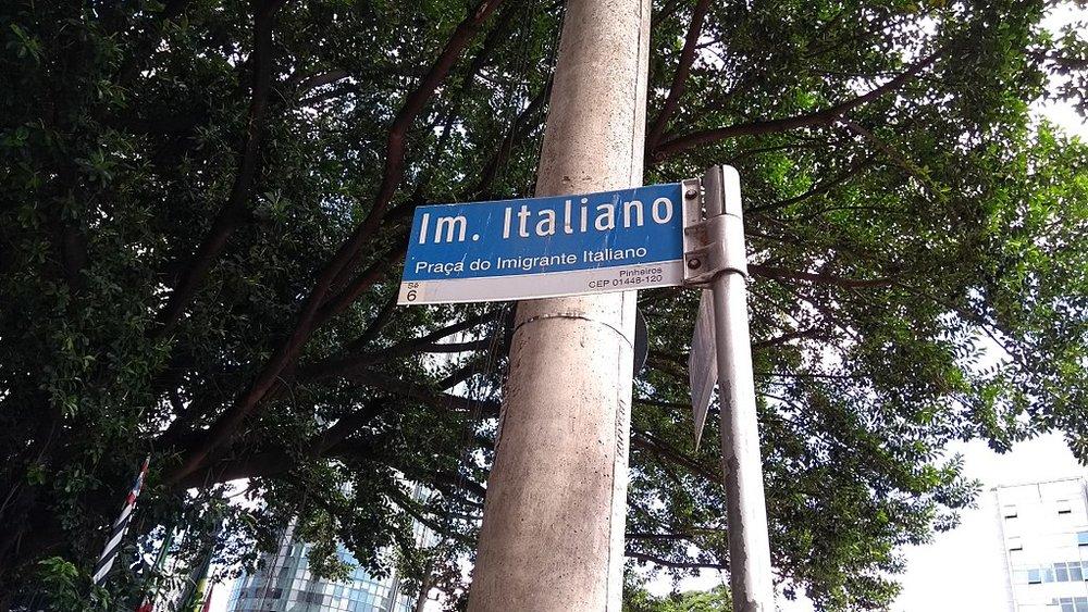 1024px-Placa_da_praça_do_imigrante_italiano.jpg