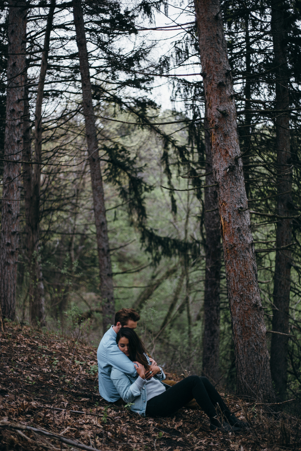 impassioned-couple-photography-session-in-the-forest-photo-by-britt-dezeeuw-brainerd-mn-wedding-photographer