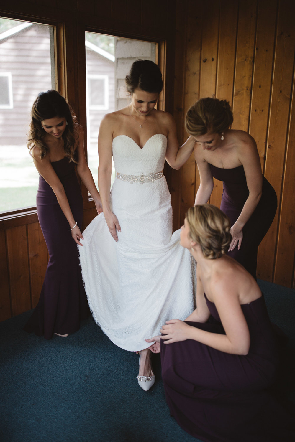 Bride and bridesmaids getting ready at Grand View Lodge. Photography by Britt DeZeeuw Brainerd Minnesota wedding photographer.