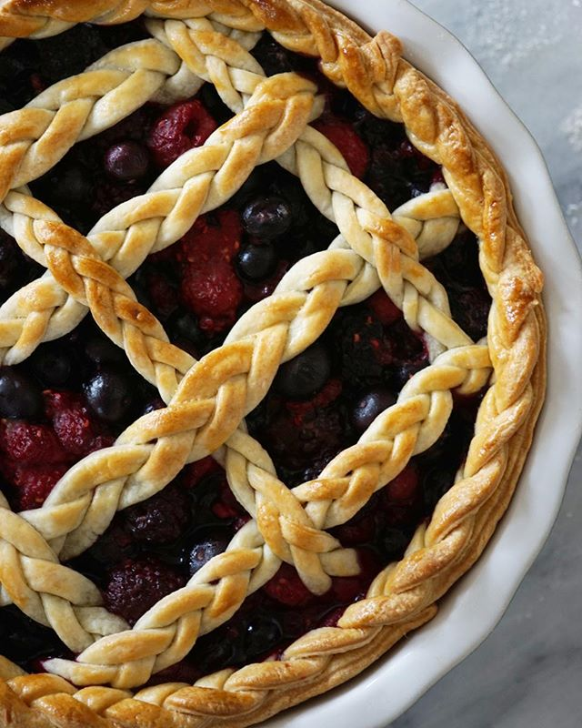 Finally getting around to sharing my finished braided berry pie! I promised my fam in seattle I'd be making another when I'm home for the holidays 💞 . . #food #feedfeed #f52grams #eeeeeats #baking #pie