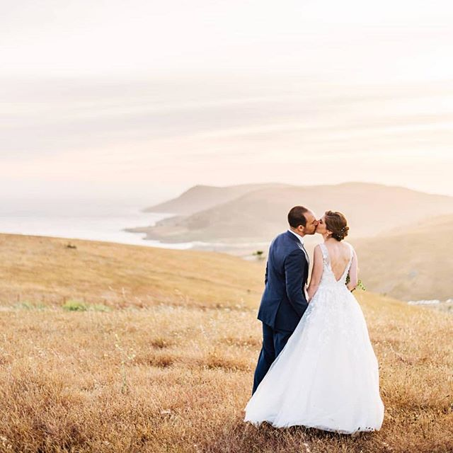 What a dream ✨ @ken_kienow always knows how to get the perfect golden hour shot, even when we're behind schedule & he has to skip dinner to make it happen 😉 @swallowcreekranch @cbbakeshop @idlewildfloral @luckydevilsband @copperandcrystal @bhldn @allaboutevents @fieldtotableevents
