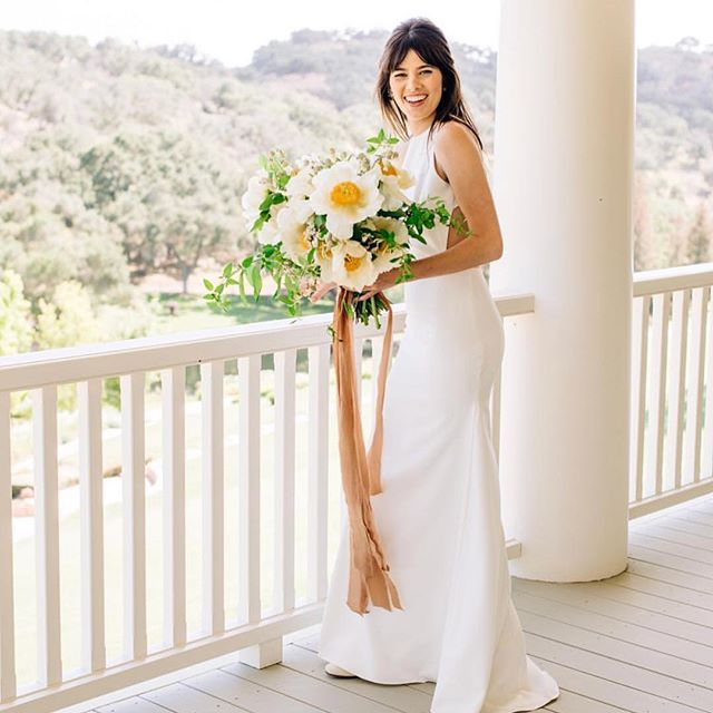 What a babe @heybales 😍 I'm dying to see the rest @cararobbinsstudio !! And I think this is my new favorite bouquet @idlewildfloral 💛