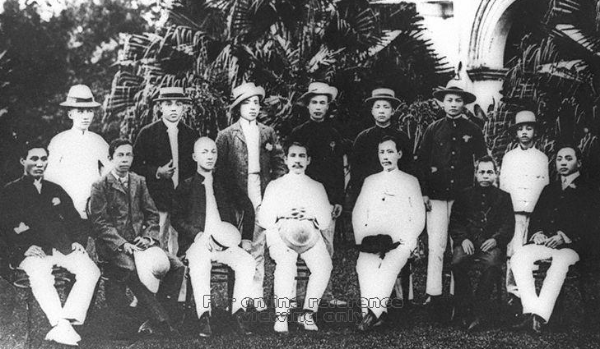 Sun Yat-Sen with the members of Tung Meng Hui. A young Nee Soon is seated on the right.   Teo Eng Hock is seated 2nd from the left (source:  Rojak Librarian ).