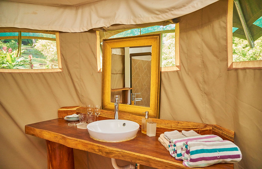 manoas-luxury-camping-glamping-carpas-bathroom.jpg