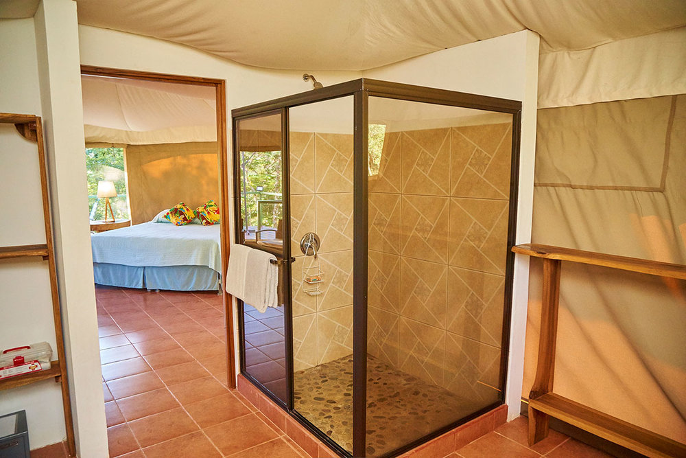 manoas-luxury-camping-glamping-carpas-shower.jpg