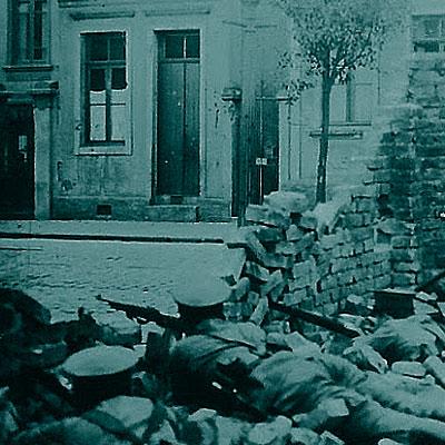 SÃO PAULO SITIADA.  Em 1924, militares rebeldes tomaram a capital. As ruas se encheram de trincheiras e o governo reagiu mandando tanques e aviões, bombardeando bairros operários. Foi o último confronto entre a velha e a nova geração de oficiais do Exército, uma guerra civil esquecida que deixou centenas de mortos.