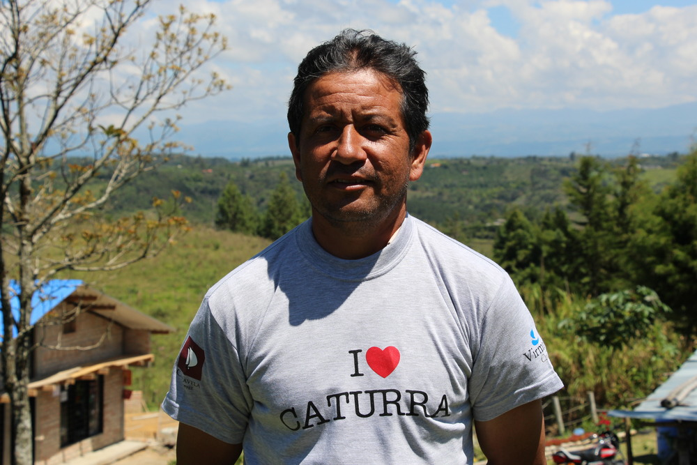 Arizmendys Vargas is one of the best producers from Organica, in El Tambo (Cauca). Here he is proudly showing his i Love Caturra t-shirt.